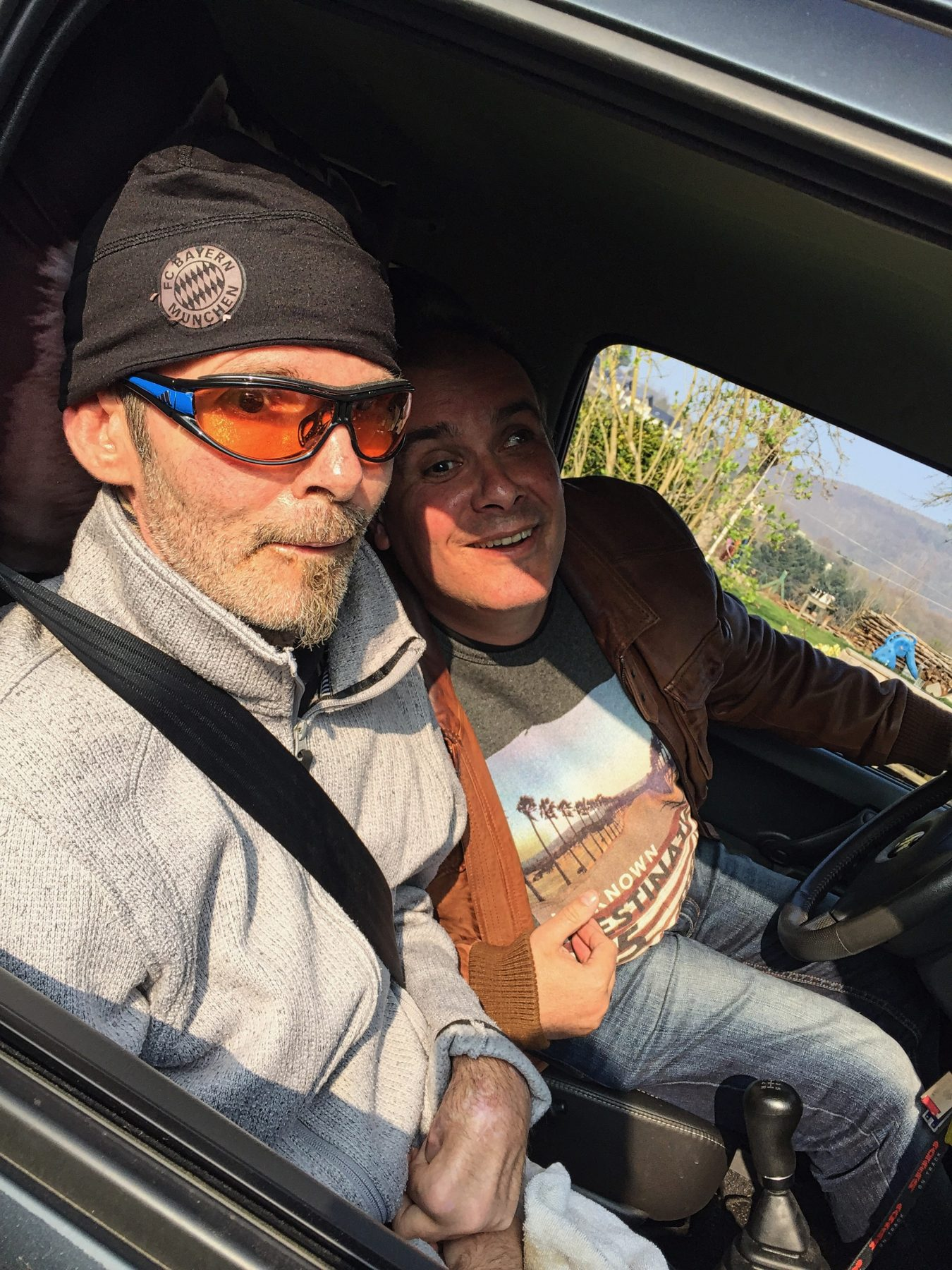 Uwe und Stefan beim Autofahren. Stefan in freudiger Erwartung, alle anderen nicht ohne leichter Anspannung ;)