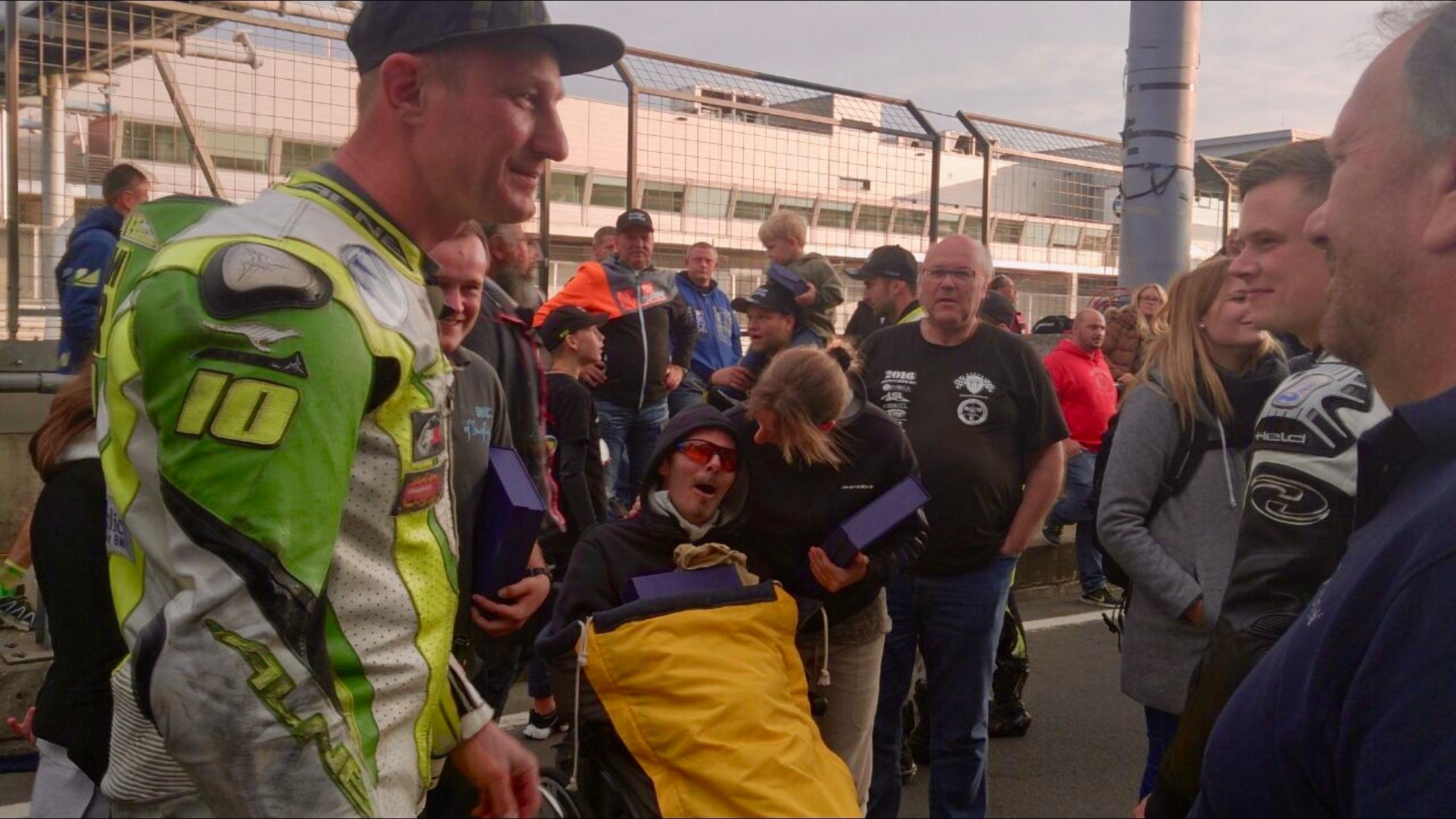 Stefan unter Schock: Rührung Expertenlevel nachdem er von einigen Racer deren Pokale geschenkt bekam. Vielen herzlichen Dank! Die Racercummunity vergisst keinen!
