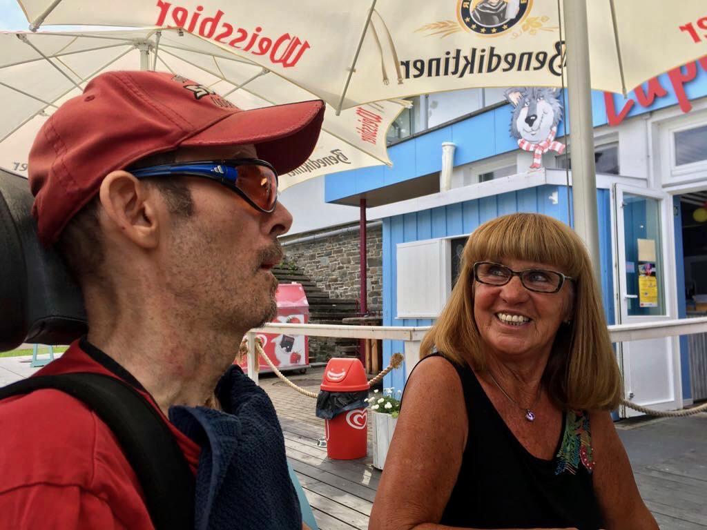 Stefan mit Betreuerin Ulla beim Rudelschauen am Rurberger Badesee.